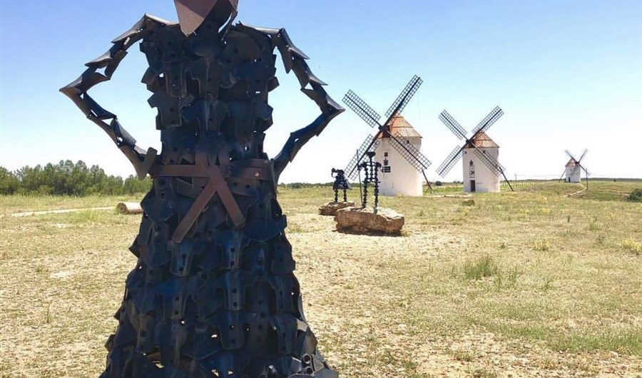 Dulcinea looking at Don Quijote in the windmills